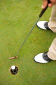 Golfer putting golf ball in the hole — Foto de Stock