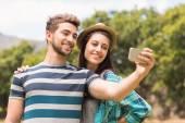 Jeune couple tenant un selfie — Photo