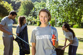 Team of volunteers picking up trash — Stock Photo