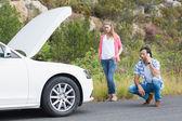 汽车发生故障后的夫妇 — 图库照片