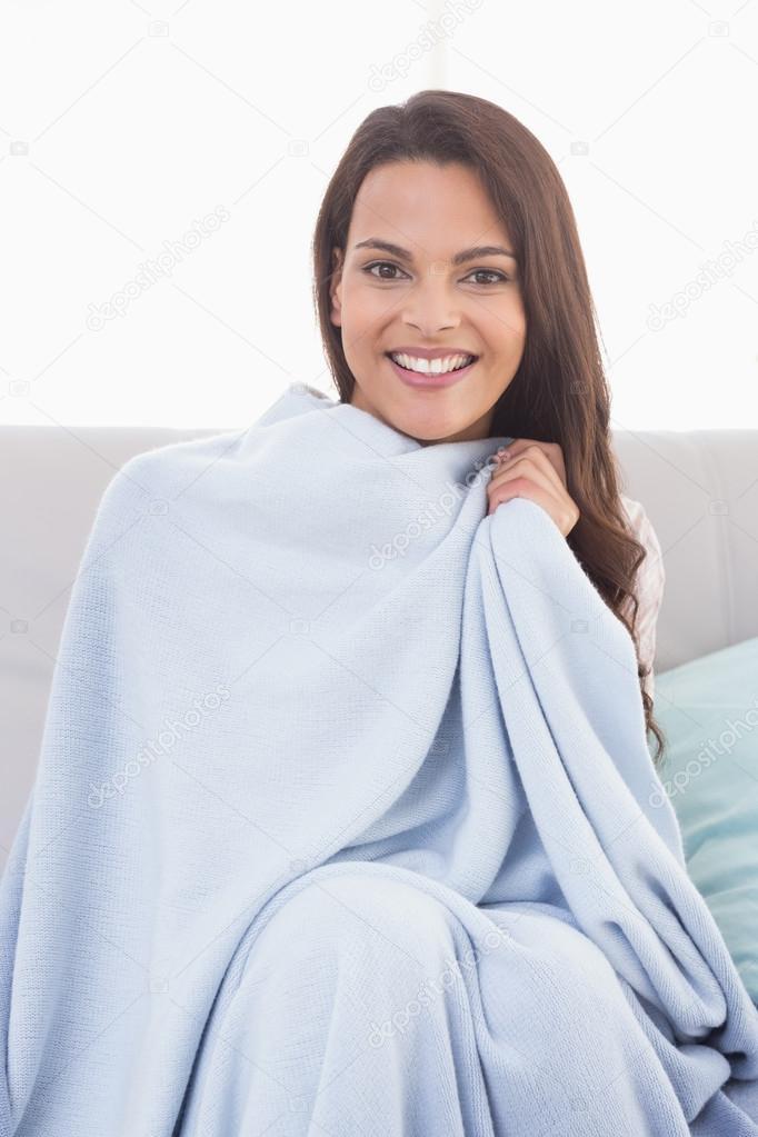 Bella donna avvolta con una coperta foto stock for Semplici piani di coperta