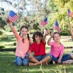 Amerikan bayrağı sallayarak mutlu küçük arkadaşlar — Stok fotoğraf #69005531