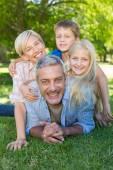 Familia feliz sonriendo a la cámara — Foto de Stock