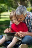 Père avec son fils à l'aide de tablet pc — Photo