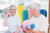 Senior couple lifting dumbbells — Stock Photo