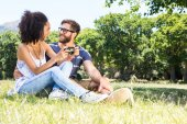 Hipster couple relaxing in the park — Stock fotografie