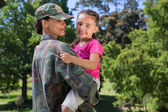 Soldier reunited with her daughter — Stockfoto