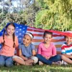 Gelukkig weinig vrienden met Amerikaanse vlag — Stockfoto #69011843