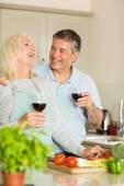Пожилые пары, имеющие красное вино — Стоковое фото