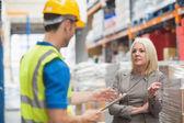 Trabalhador com prancheta falando com seu gerente — Fotografia Stock
