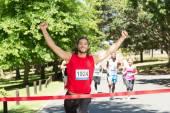 Dopasowanie ludzi kolejny wyścig w parku — Zdjęcie stockowe