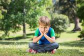 Menino triste no parque — Fotografia Stock