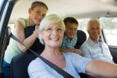 Grandparents going on road trip with grandchildren — Stock Photo