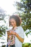 使用她的智能手机的漂亮时髦 — 图库照片
