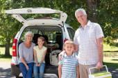 道路に行く祖父母が孫と旅行します。 — ストック写真