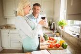 Couple preparing vegetables together — Foto de Stock
