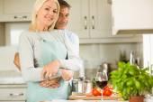 Couple preparing vegetarian meal together — Foto de Stock