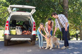 Family getting ready to go on road trip — Stock Photo