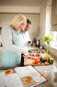 Mature couple preparing vegetables together — Foto de Stock