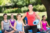 Groupe de remise en forme, faire du yoga dans le parc — Photo