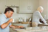 Dizüstü bilgisayar kullanan mutlu olgun adam — Stok fotoğraf