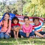Gelukkig weinig vrienden met Amerikaanse vlag — Stockfoto #69020883