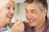 Mature blonde feeding pie to husband — Foto de Stock