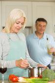 Mature couple making dinner together — Foto de Stock