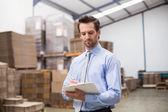 Manager bedrijf Klembord in magazijn — Stockfoto