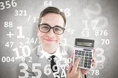 Geeky gülümseyen iş adamı gösteren hesap makinesi — Stok fotoğraf
