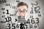 Geeky gülümseyen iş adamı ısırma hesap makinesi — Stok fotoğraf