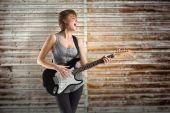 Jouer de la guitare assez jeune fille — Photo
