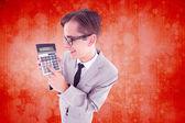 Naukowy uśmiechający się biznesmen wyświetlone kalkulator — Zdjęcie stockowe