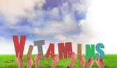 Zusammengesetztes Bild Hände halten Vitamine — Stockfoto
