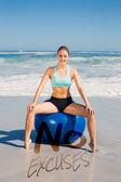 Uygun egzersiz topu üzerinde oturan kadın — Stok fotoğraf