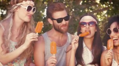 Hipster friends enjoying ice lollies — Stockvideo