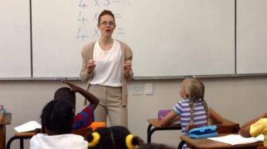 Teacher asking her pupils a question — Stock Video