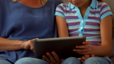 Mother and daughter using tablet pc — Stock Video