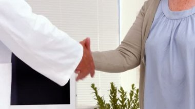 Patient shaking hands with doctor — Stock Video