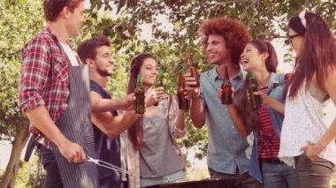 バーベキューを持つ公園で幸せな友達 — ストックビデオ