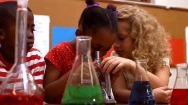 Pupils in classroom doing chemistry — Stock Video