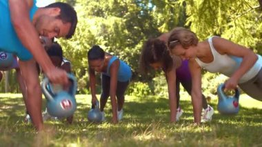 Fitness group planking in park — Stock Video