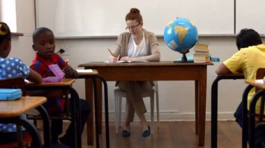 Teacher sitting at top of classroom — Stok video