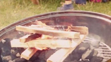 Flaming barbecue in the park — Stock Video