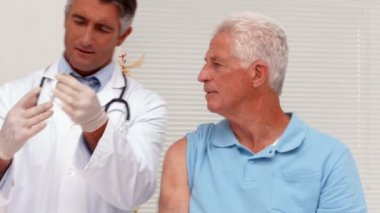 Doctor about to give injection to patient — Stock Video