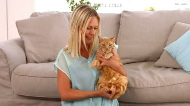 Happy blonde with her cat — Stock Video