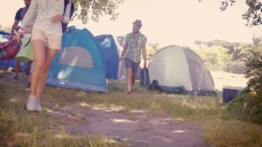 Yyoung friends arriving at their campsite — Stockvideo