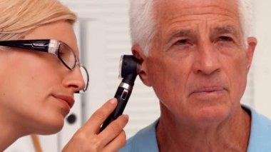 Doctor examining her patients ears — Stock Video