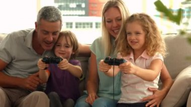 Happy family playing video games — Stock Video