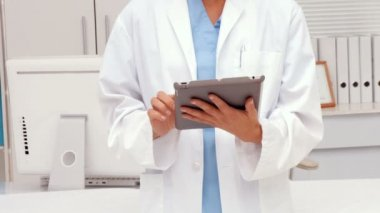 Pretty doctor using tablet pc — Stock Video